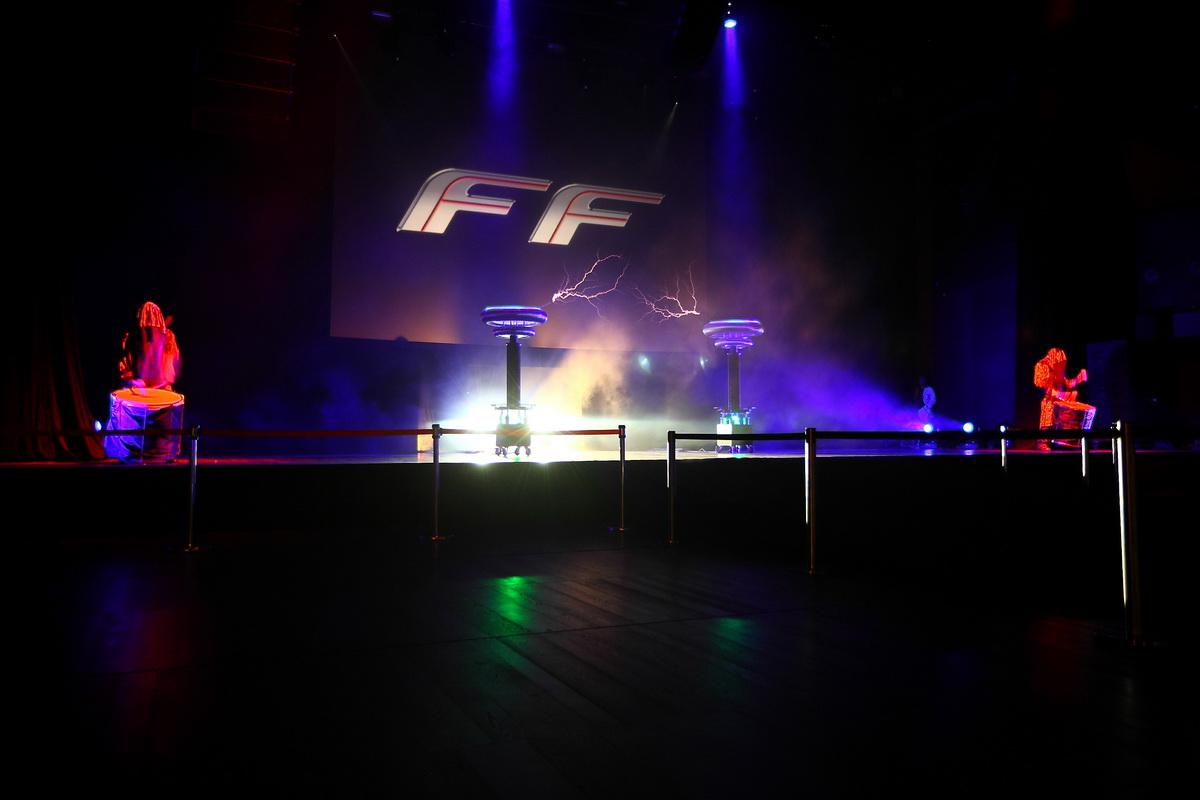 Тесла шоу для Ferrari